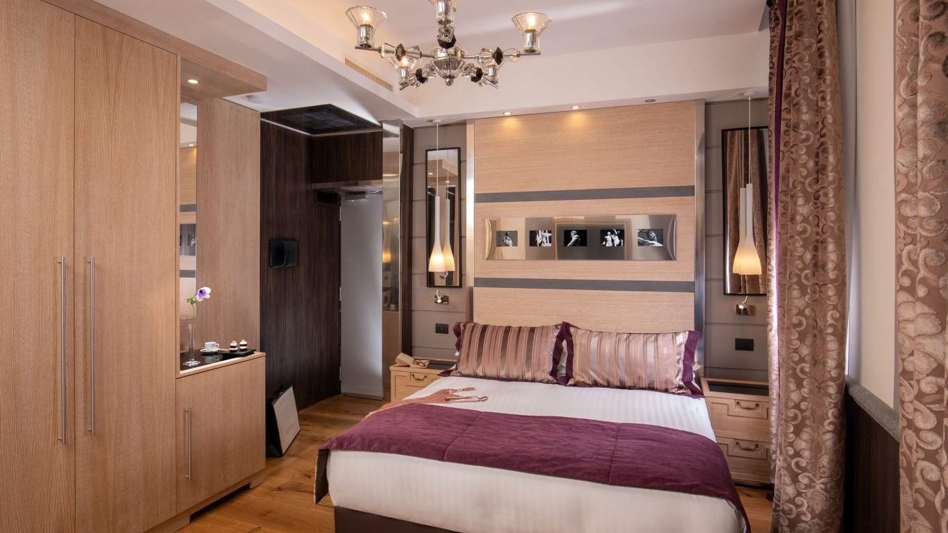 The-Inn-At-The-Spanish-Steps-Rome-suite-deluxe-00504